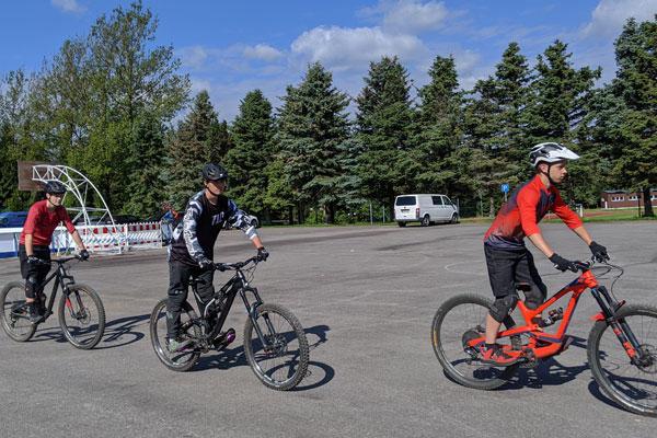 Winterberg Bikepark Mountainbike Fahrtechnik Kurs. Downhill MTB Training mit Bikeschule im Sauerland. Top Qualität. Auch für Fahrtechnikkurse für Kinder und Jugendliche werden angeboten.