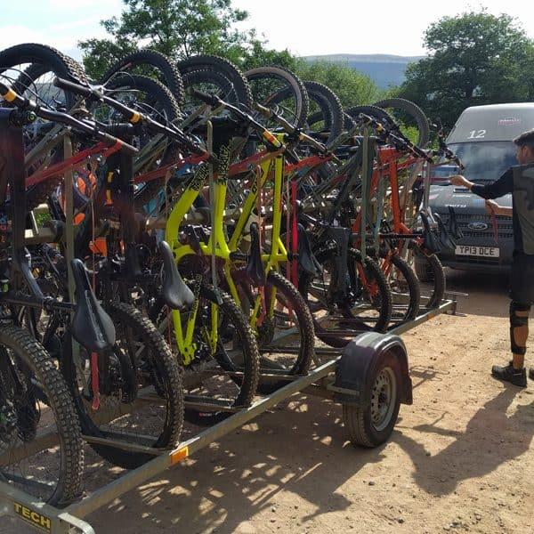 Bikergruppe im Bikepark Wales
